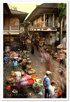 Ubud market (Bali): local market where tourists can find a lot of things from fruits to arts. Bali Lombok, Ubud Bali, Ubud Indonesia, Places Around The World, Travel Around The World, Around The Worlds, Places To Travel, Places To Visit, Bali Baby