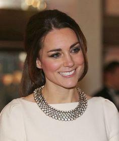 Fashion Assistance: Consigue el collar de Zara que Kate Middleton combinó con su elegante Roland Mourethttp://www.fashionassistance.net/2013/12/consigue-el-collar-de-zara-que-kate.html