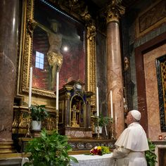 Miraculous crucifix from 1522 plague moved to St. Peter's for pope's 'Urbi et Orbi' blessing Papa Francisco, Images Of Christ, Nature Sounds, Patron Saints, Pope Francis, Roman Catholic, Pilgrimage, Historical Photos, Miraculous