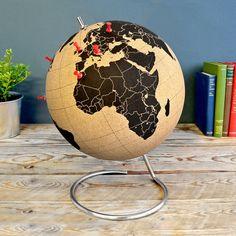 Med kork globussen kan du vise alle dine gæster, hvor du allerede har været i verden, og hvortil dit næste rejsemål går.