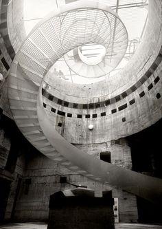 Trabalho de escada em caracol que dá um ar interessante para arquitetura do ambiente. Arquitetura de escadas, veja mais exemplos