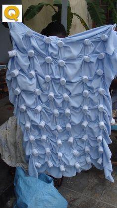 Fotos - Mozambique - Proceso creación telas Tie Dye Folding Techniques, Fabric Dyeing Techniques, Shibori Fabric, Shibori Tie Dye, Iranian Women Fashion, Textile Fabrics, Scarf Design, Fabric Manipulation, How To Dye Fabric