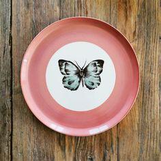 Platos de porcelana pintados a mano por Bárbara Pan. Detallerie wedidng planners Barcelona.