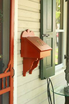 Wooden mailbox fits right in on this older home. Wooden Mailbox, Diy Mailbox, Wall Mount Mailbox, Mailbox Ideas, Custom Woodworking, Woodworking Projects, Wooden Projects, Diy Projects, Custom Mailboxes