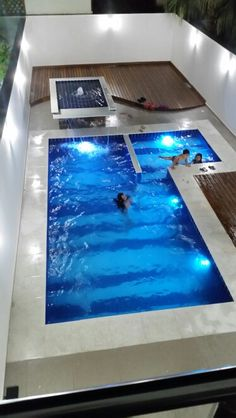 Piscina com Led Backyard Pool Designs, Small Backyard Pools, Swimming Pools Backyard, Swimming Pool Designs, Pool Patio Furniture, Solar Pool Cover, Simple Pool, Small Pool Design, Pool Remodel