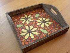 mozaiek dienblad klein Tile Crafts, Mosaic Crafts, Mosaic Projects, Stained Glass Projects, Stained Glass Art, Mosaic Ideas, Mosaic Tray, Mosaic Tile Art, Mosaic Pots
