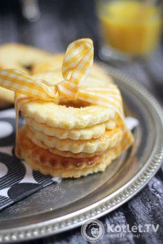 Przepis na Ciasteczka łakotki czas: 20 minut + mrożenie + pieczenieliczba porcji: ok. 30 ciastek - dwie blaszki Składniki 130 g masła miękkiego 100 g cukru drobnego 1 cytryna 2 żółtka + 1 jajko do smarowania 250 g mąki 1 łyżeczka proszku do pieczenia   KROK 1 Miękkie masło ucieram z cukrem na puch, potem dodaję żółtka, sok z cytryny, mąkę, proszek i wszystko łączę. Przekładam na folię przezroczystą i chowam do zamrażarki na kilka godzin.  KROK 2 Wyjmuję, dzielę na 4 kawałki, nieużywane ...