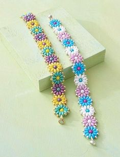 Daisy Duos Armband Pattern herunterladen – Mary Bound – Join the world of pin Beading pattern, Daisy Duo Bracelet by Laurie Long Marcum This Pin was discovered by Ali Seed beads & bugle beads are tiny beads that can be used in many jewelry making proj Bead Crafts, Jewelry Crafts, Handmade Jewelry, Handmade Silver, Jewelry Ideas, Vintage Jewelry, Seed Bead Jewelry, Bead Jewellery, Seed Beads
