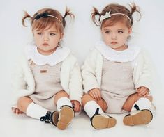 Just two little cute twins! Cute Baby Twins, Twin Baby Girls, Cute Little Baby, Little Boy Fashion, Baby Girl Fashion, Toddler Fashion, Kids Fashion, Tatum And Oakley, Baby Girl Images