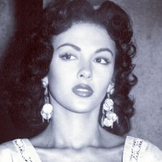 Gorgeous! Rita Moreno...1st latina actress to make pavement for all the Latinas in Hollywood history <3