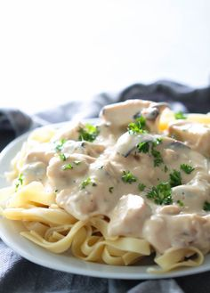 Skinny Chicken Alfredo Recipe – Six Sisters' Stuff This Skinny Chicken Alfredo made with a simple homemade alfredo sauce is so delicious that you won't even miss all the fat and calories of traditional chicken alfredo. Homemade Chicken Alfredo, Healthy Chicken Alfredo, Alfredo Chicken, Chicken Pasta, Quinoa, Fettucine Alfredo, Skinny Chicken, Skinny Pasta, Alfredo Recipe