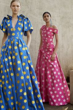 The complete Carolina Herrera Resort 2018 fashion show now on Vogue Runway. Couture Mode, Style Couture, Couture Fashion, Runway Fashion, Fashion 2018, Fashion News, Fashion Show, Fashion Design, Fashion Trends
