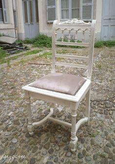 """Chaise trouvée en ruine dans un vide grenier. Repeinte en """"blanc cassé"""" patiné """"argent"""". Assise (en canné détruit à l'origine) refaite avec une suédine """"taupe""""."""