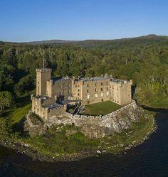 Dunvegan Castle, Scotland Castle Ruins, Castle House, Medieval Castle, Scotland Castles, Scottish Castles, Beautiful Castles, Beautiful Places, Great Places, Places To See
