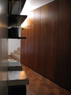 """Pasillo Área Dormitorios en Nivel Inferior de Casa """"Das Canoas"""", Rio de Janeiro, B.  http://www.designrulz.com/architecture/2012/12/oscar-niemeyers-casa-de-canoas-rio-de-janeiro-brazil/"""