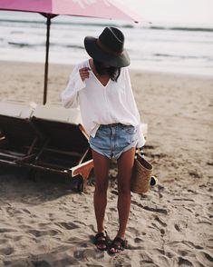 37 Easy Breezy Outfits to wear at the Beach - Beachwear Natasha Oakley, Mode Boho, Cooler Look, Trendy Swimwear, Beachwear For Women, Vintage Shorts, Mode Outfits, Bar Outfits, Vegas Outfits