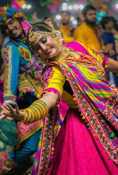 United Way Garba Vadodara! Explore United Way Garba once in your life time! Gujarati Garba Songs, Navratri Garba, Navratri Dress, Navratri Festival, Festival Photography, Girl Photography, Mode Gipsy, Lehenga, Sarees