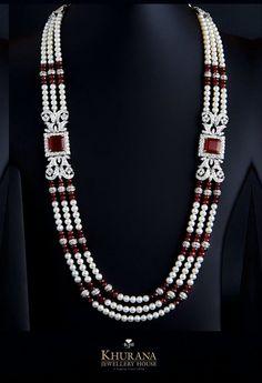 Parure de prestige , perles de culture , perles d'émeraudes agrémentée de deux broches d'émeraudes::: KHURANA