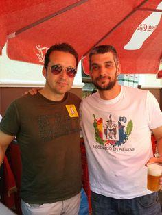 DÍA DOS DE MAYO, el pintor Álvaro Peña, junto a un camarero del Restaurante el Arco, que lucia la camiseta diseñada por él. Todo gestionado por mecenazgo cultural.