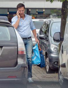 Mark Rutte boodschappen doen.