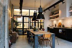 cuisine table en bois idée luminaire suspendu noir design chaise bois
