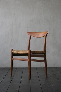 Chair Hans J Wegner - ITEM - HIKE | 1950年代を中心とした、ヨーローパ・北欧家具(中古家具・ヴィンテージ家具)の販売 Dinning Chairs, Dining Furniture, Side Chairs, Diy Furniture, Furniture Design, Wood Chair Design, Hans Wegner, Restaurant Furniture, Komodo