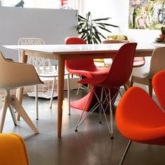 We love this corner in the shop, combining the Retro dining table of Ruijch with iconic design chairs ...