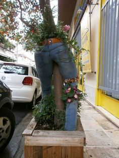 14 stunning DIY ideas with old jeans turn into unique flower pots Flower Planters, Garden Planters, Flower Pots, Flower Ideas, Diy Flower, Garden Crafts, Garden Projects, Landscape Design, Garden Design