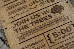 Inivtaciones hechas con unas cuantas planchas de madera y cambió la impresora de tinta por una máquina de corte por láser