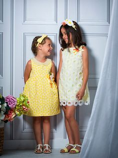 vestido de guipur con detalle de flores hechas a mano en el hombro Girls Dresses, Flower Girl Dresses, Summer Dresses, Kids Fashion, Wedding Dresses, Children, Handmade Flowers, Spring Summer 2015, Fashion Branding