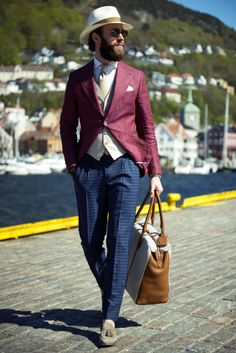 Men's Street Style Inspiration Mens Burgundy Blazer, Burgundy Shoes, Burgundy Dress, How To Have Style, Casual Maternity, Suit And Tie, Gentleman Style, British Style, Suits