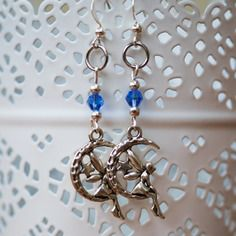 Jolie paire de boucles d'oreille sur le thème des fées avec perle de verre bleue