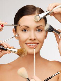 Existe una infinidad de esponjas, brochas y pinceles especiales según las necesidades de cada rostro y maquillaje, por lo que a veces es difícil acertar. Utilizar las herramientas