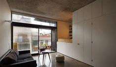 Apartamento onde móveis planejados organizam e dividem os cômodos - limaonagua