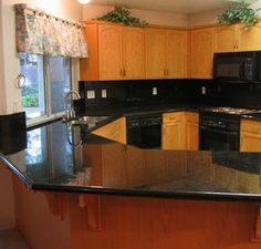 Redesigning Your Kitchen Area: Choosing Your New Kitchen Counter Tops – Outdoor Kitchen Designs Country Kitchen Counters, Cheap Kitchen Countertops, Black Countertops, Granite Kitchen, Concrete Countertops, Kitchen Appliances, Kitchens, Kitchen Cabinets, Basic Kitchen