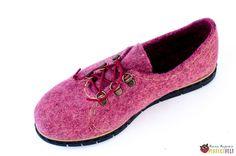 "Туфли из войлока ""Pinkberry"" – купить в интернет-магазине на Ярмарке Мастеров с доставкой How To Make Shoes, How To Wear, Felt Slippers, Felt Boots, Wool Shoes, Wool Felting, Crazy Shoes, Derby, Shoe Boots"