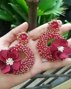 No photo description available. Diy Jewellery Designs, Jewelry Design Earrings, Big Earrings, Jewelry Making Beads, Bead Embroidery Jewelry, Beaded Jewelry, Beaded Embroidery, Silk Thread Earrings, Thread Jewellery