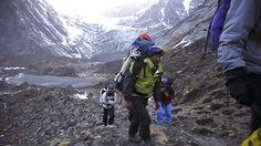 Nhorbu Sherpa, en primer plano, seguido por sus compañeros Muktu y Shange, camino del campo 1 del Annapurna.