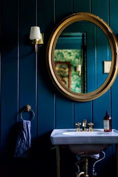 It's all about dark blue walls, especially deep, inky midnight blues. Here are some of my favourite images that show just how fabulous both colours and metallics look against atmospheric and moody dark blue walls. Interior Wood Paneling, Gold Interior, Interior Design, Gold Bathroom, Downstairs Bathroom, Home Design, Inchyra Blue, Dark Blue Walls, Bathroom Hardware