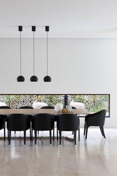 salle à manger moderne: table en bois et chaises noires