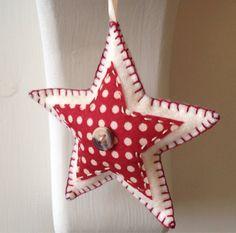 Estas decoraciones de Navidad en forma de estrella son hechos a mano por encargo. Hecho de fieltro de lana, cada uno de los tres ornamentos están