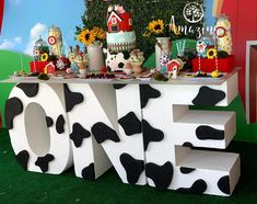 """Amazing Parties & Events on Instagram: """"La Vaca Lola 🐮- cada detalle una experiencia única y creada especialmente para el cumpleaños de Favio.  Muy pronto más  fotos y detalles de…"""" Farm Animal Birthday, Farm Birthday, Baby First Birthday, Farm Themed Party, Farm Party, Cow Birthday Parties, Lila Party, First Birthdays, Lucca"""