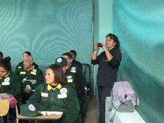 Una de las expositoras tomando fotos al personal de serenazgo. Capacitación en la Gerencia de Seguridad Ciudadana de Pueblo Libre.