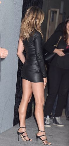 Sexy Jennifer Aniston Parades Her Shapely Legs in a Short Leather Number and Strappy Heels at Show Premiere Jennifer Aniston Style, Jennifer Lopez Legs, Jennifer Love Hewitt Body, Jennifer Garner, Jeniffer Aniston, Beauté Blonde, Pernas Sexy, Hot High Heels, Great Legs