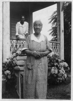 Betty Simmons , 100 er more, was born a slave to Leftwidge Carter , in Masadonia, Alabama. She was stolen when a child, sold to slave traders and later to a man in Texas, She now lives in Beaumont, Texas.