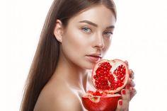 Πως θα ομορφύνεις με ρόδι και ελαιόλαδο. Πως θα φτιάξεις κρέμα ομορφιάς-πως θα φτιάξεις μάσκα! | Μυστικά ομορφιάς | mystikaomorfias.gr Natural Make Up, Perfect Skin, Pomegranate, Diy Beauty, Home Remedies, Raspberry, Health Fitness, Stock Photos, Face