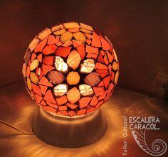 Lámpara realizada por Marta Guzzo. http://tallerescaleracaracol.com/artes-del-fuego/mosaico/lamparas/