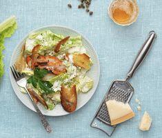 En ceasarsallad med umamirika sardeller, parmesanost och kapris är en smakupplevelse som brukar göra succé. Här är en moderniserad variant av den klassiska ceasardressingen som alla kan lyckas med. Egna krutonger rostas snabbt i ugnen och gör det lilla extra för den så snabbt tillagade salladen. Lägg till färdiggrillad kyckling så blir ceasarsalladen matigare. Perfekt picknickmat.
