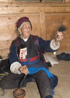 A Tibetan grandmother using a drop spindle to spin yak fiber. Several generations live together. Spinning Wool, Hand Spinning, Yak Image, Happy Old People, Ladakh India, China Image, Drop Spindle, Ancient Art, Tibet