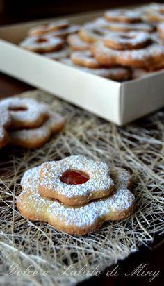 Ciambelline, dolci tipici sardi, semplici da preparare, dorate e friabili.